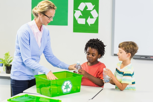 Lehrer und kinder diskutieren über recycling