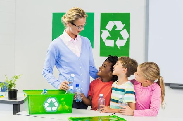 Lehrer und kinder interagieren im klassenzimmer miteinander