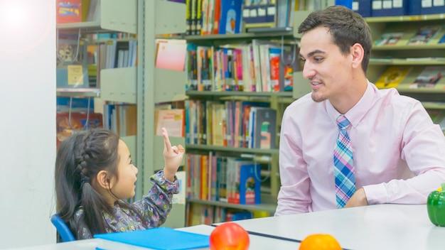 Lehrer und kinder schüler lernen und sprechen.