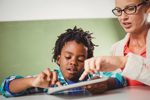 Lehrer und schüler, die eine tablette verwenden