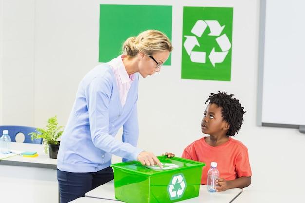 Lehrer und schüler diskutieren über recycling-logo