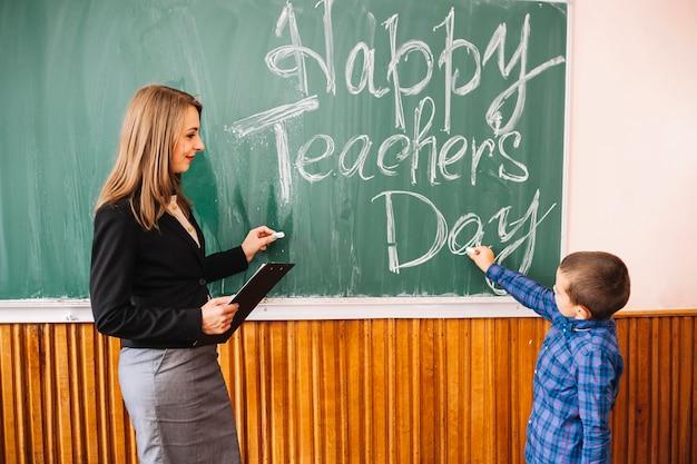 Lehrer und schüler in der nähe von vorstand