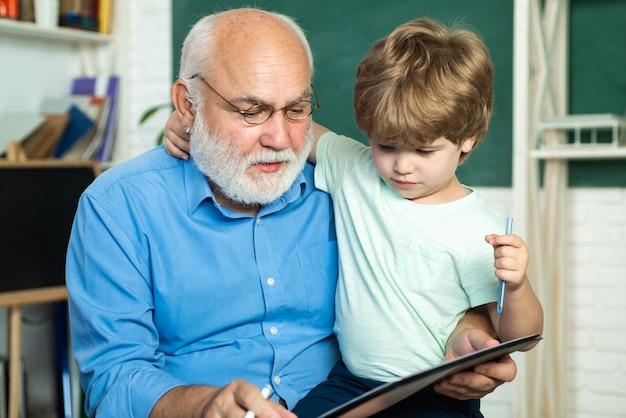 Lehrer und schüler lernen gemeinsam in der schule