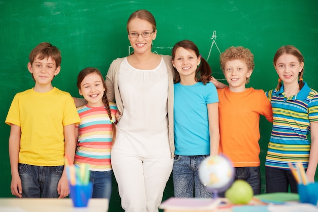 Lehrer und schüler vor der tafel stehen