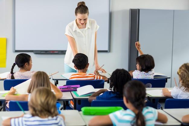 Lehrer unterrichtet kinder