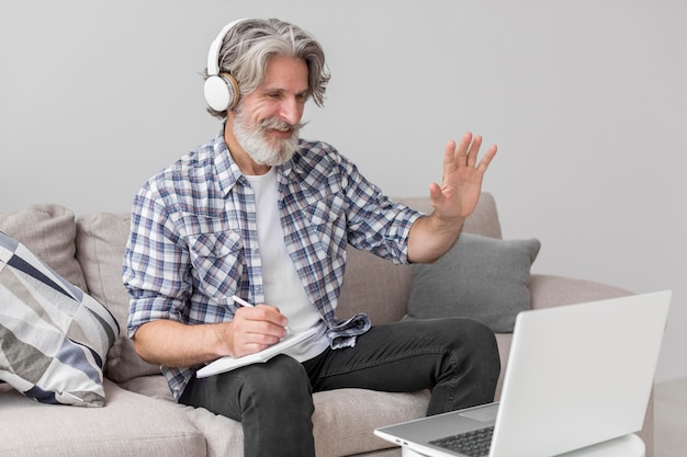 Lehrer winkt laptop