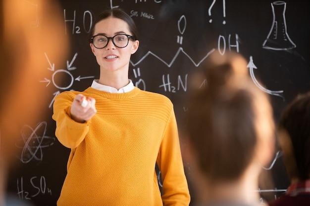 Lehrer zeigt auf schüler