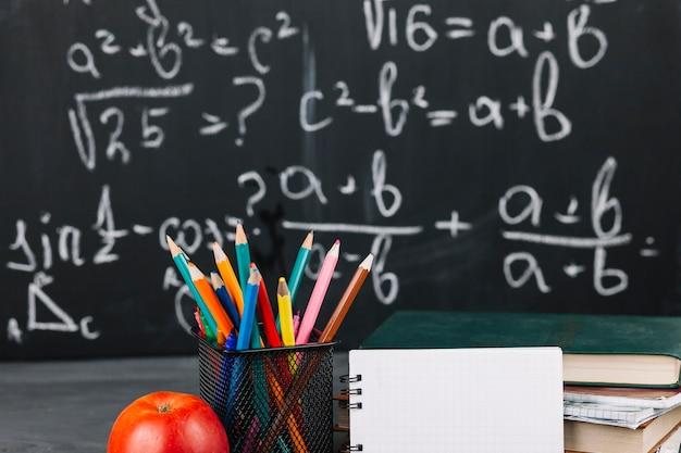 Lehrerarbeitsplatz mit unterschiedlichem briefpapier