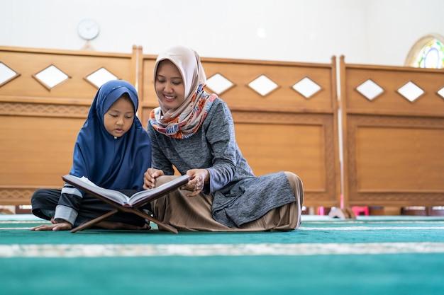 Lehrerin bringt ihrer schülerin das lesen des korans bei