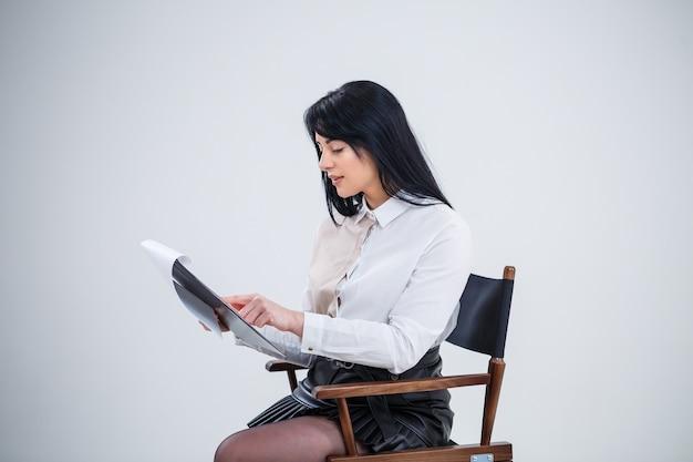 Lehrerin, business coach, mentorin hält einen ordner mit einem neuen geschäftsprojekt in den händen