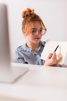 Lehrerin, die den schülern während eines online-unterrichts die lektion erklärt