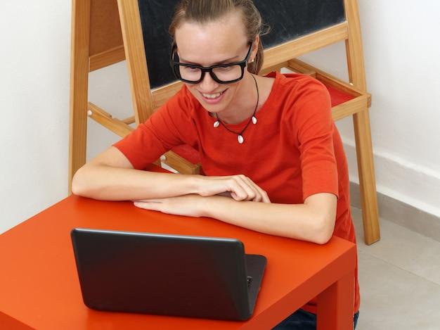 Lehrerin führt online-training mit laptop durch.