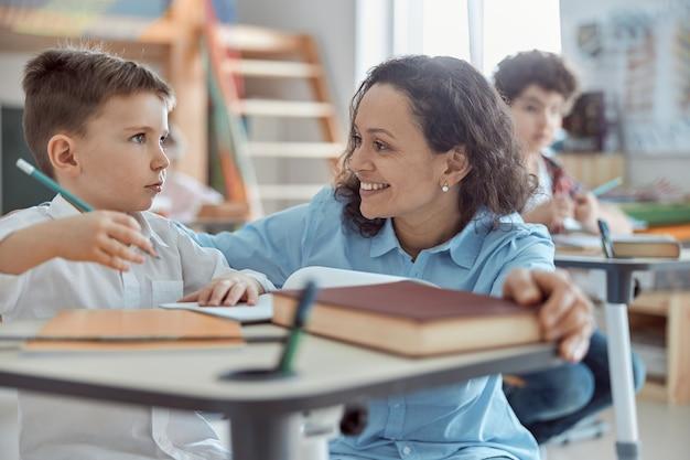 Lehrerin hilft kindern im grundschulunterricht