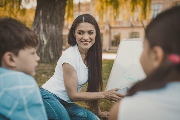 Lehrerin mit weißer tafel im freien