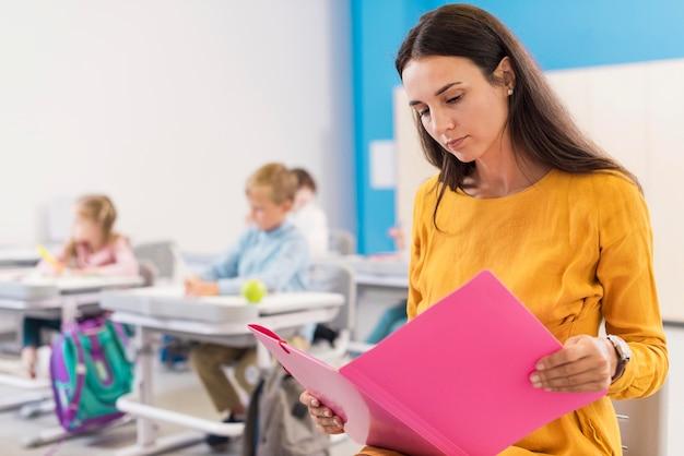 Lehrerin schaut auf ihre notizen