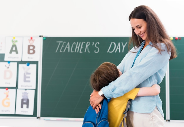 Lehrerin umarmt ihren schüler