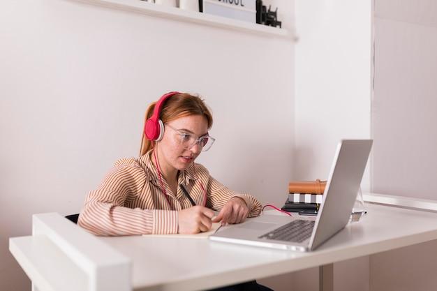 Lehrerin zu hause, die an der online-klasse festhält