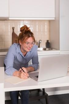 Lehrerin zu hause in der küche während des online-unterrichts