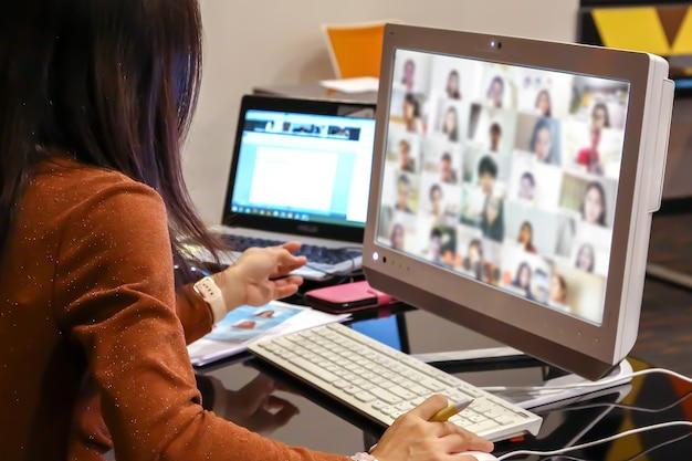 Lehrerinnen verwenden desktop-computer für den online-unterricht von schülern