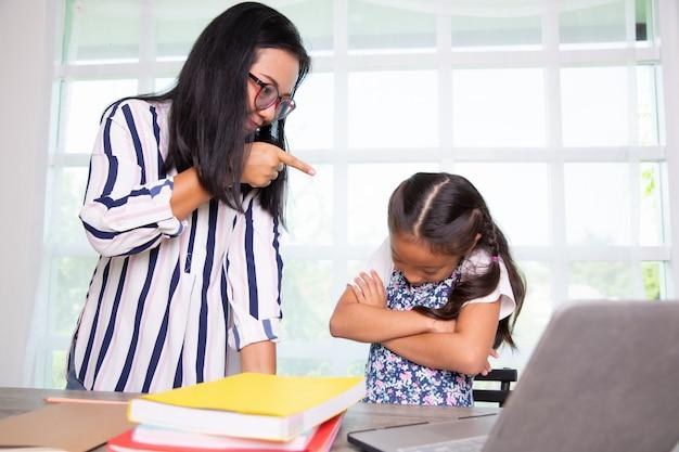 Lehrerschelten und junges studentenmädchen in der klasse