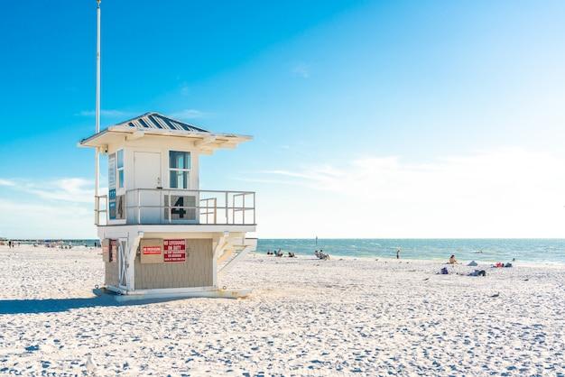 Leibwächterturm auf clearwater-strand mit schönem weißem sand in florida usa