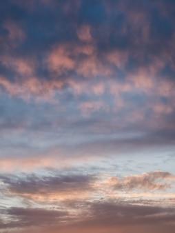 Leichte abendliche cumuluswolken am himmel. bunter bewölkter himmel bei sonnenuntergang. himmelsbeschaffenheit, abstrakter naturhintergrund