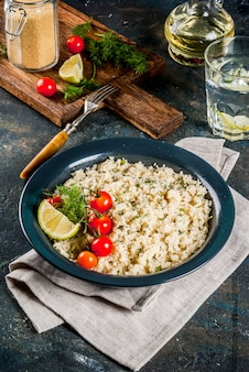 Leichte diätkost, couscous mit tomaten, limetten und frischen kräutern
