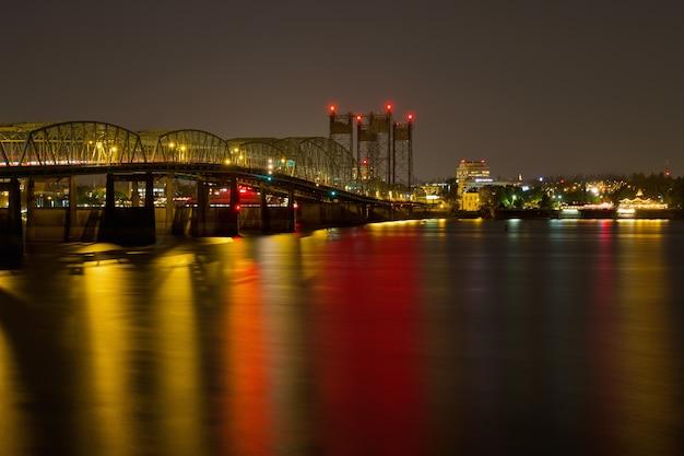Leichte spuren auf columbia river crossing bridge