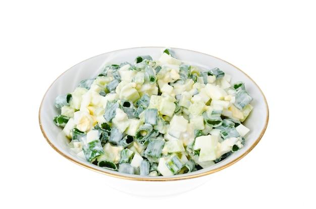 Leichter diät-salat mit gekochtem ei, frühlingszwiebeln und frischer gurke