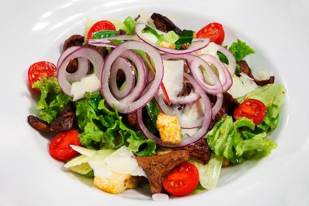Leichter frischer grüner salat mit pilzen und zwiebeln