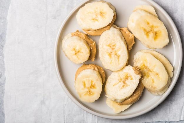 Leichter gesunder snack aus bananenscheiben und cashewbutter