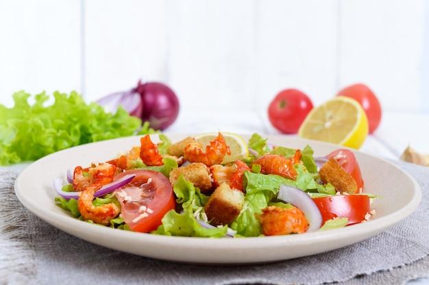 Leichter leckerer salat mit garnelen, salat, knoblauch und croutons