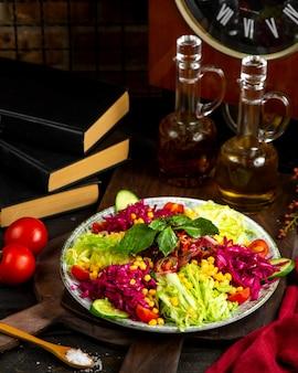 Leichter salat aus kohl, mais, gurken und tomaten