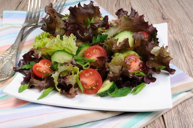 Leichter salat aus salatblättern mit tomaten und gurken