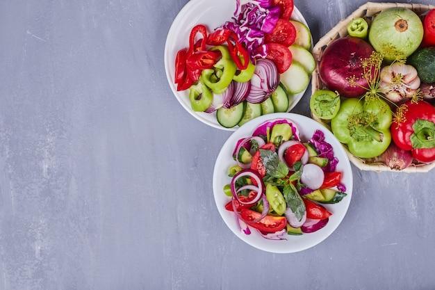 Leichter salat mit gemüse und kräutern.