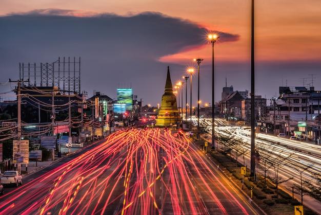 Leichter verkehr auf der straße in der nacht um die pagode, ayutthaya. thailand