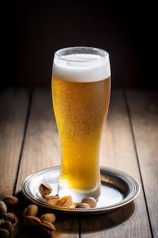 Leichtes bier in einem glas auf dem tisch