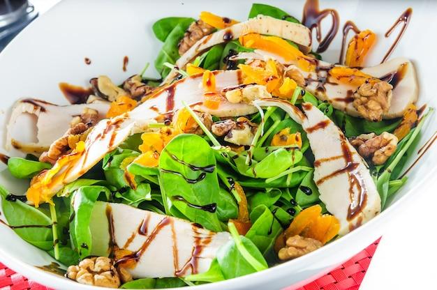 Leichtes essen. frischer salat mit rucola und rettich gebackener kürbis
