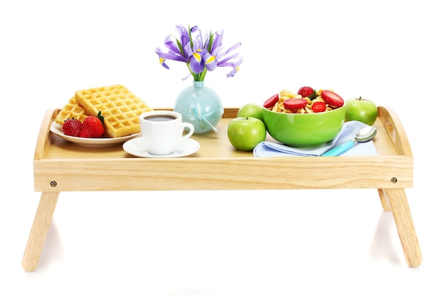 Leichtes frühstück auf holztablett lokalisiert auf weiß