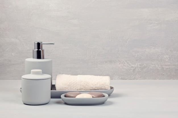 Leichtes graues keramikzubehör für bad