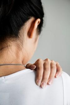 Leidende rückenschmerzen der asiatin