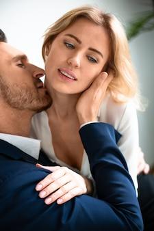 Leidenschaftliches paar hat romantik am arbeitsplatz