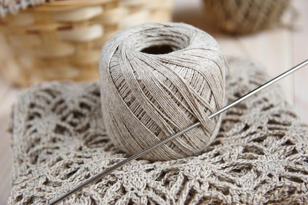 Leinenball für das strickhandwerkskonzept