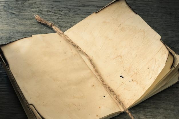 Leinenbookmark im alten notizbuch