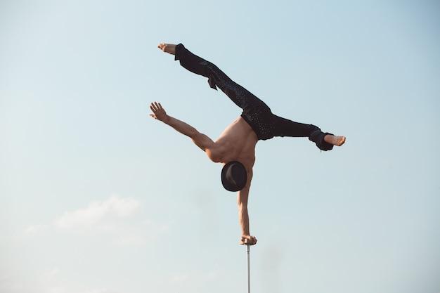 Leistung eines aerialisten im freien während des sonnenuntergangs.
