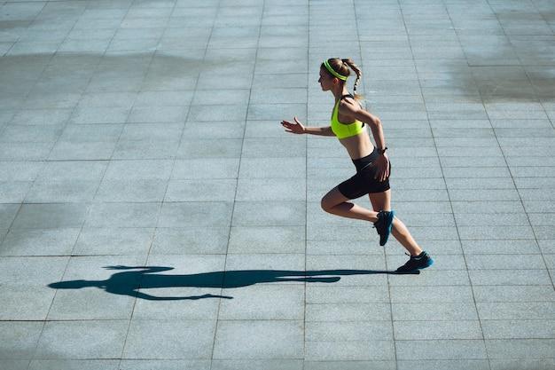 Leistung läuferin athlet training im freien professioneller läufer jogger beim training
