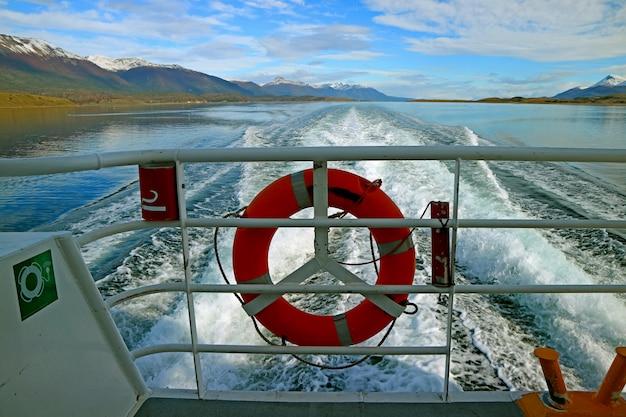 Leistungsfähiger seeschaum hinter dem heck des beschleunigens des kreuzschiffs am spürhundkanal, tierra del fuego, argentinien