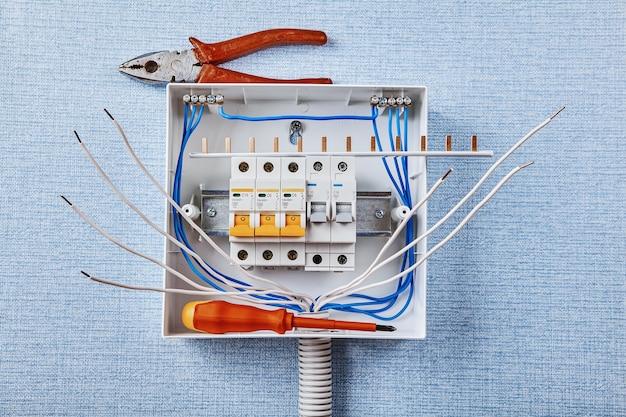 Leistungsschalter sind im leistungsschalterkasten untergebracht.