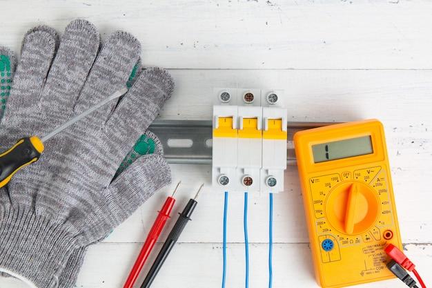Leistungsschalter und digitalmultimeter. installation von stromversorgungssystemen