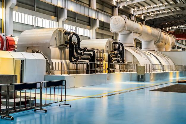 Leistungsstarke turbine in der dampfturbinenhalle